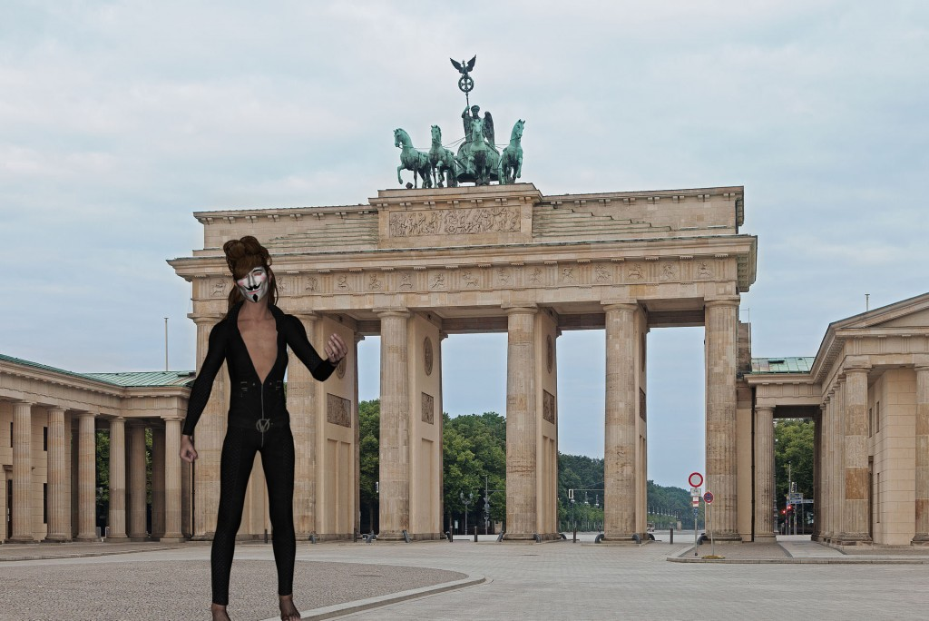 Der anonyme Pressesprecher von Anonymous vor dem Brandenburger Tor. (Thomas Wolf, www.foto-tw.de Montage: anonym)